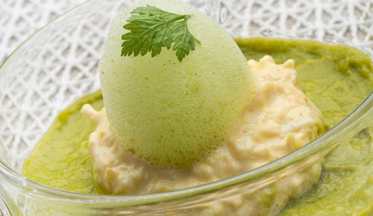 Gelatina de Gazpacho, guacamole, ensalada de txangurro y aire de moluscos y perejil