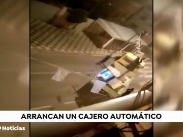 Detenidas cinco personas por robar un cajero automático con una grúa en Murcia