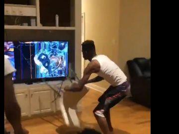 Un aficionado de los Warriors rompe la tele