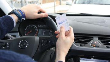 Imagen de archivo de una persona examinándose del carnet de conducir.
