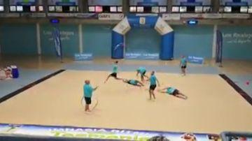 El vídeo de unos padres haciendo gimnasia rítmica se hace viral