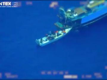 Frontex capta un caso de tráfico de personas en alta mar: 81 inmigrantes pasan de un barco 'nodriza' a una patera
