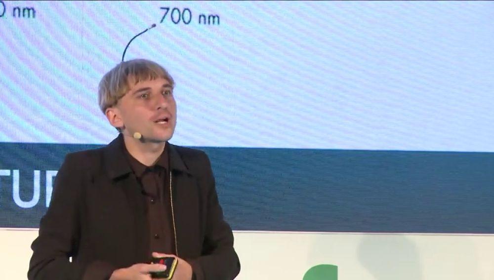 """Neil Harbisson, el primer cybor legal en el foro Caser Futuro: """"La tecnología formará parte de nuestro cuerpo"""""""