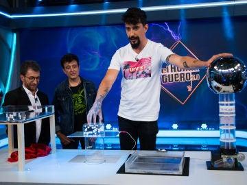 La magia científica de Marron y su danza de bolitas dejan atónitos a Pablo Motos y a Manolo García en 'El Hormiguero 3.0'