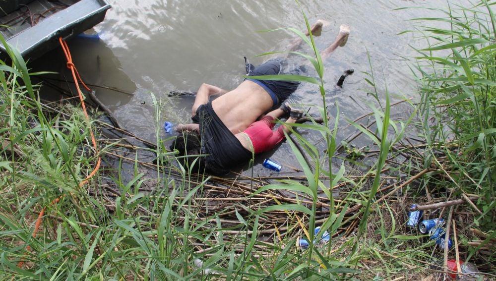 Fotografía a los cuerpos sin vida de un presunto migrante y su bebé a una orilla del Río Bravo