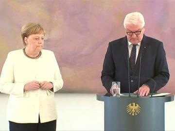 Merkel vuelve a sufrir temblores en manos y piernas en un acto celebrado en Berlín