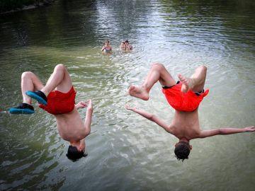 Jóvenes en el río Arga, a su paso por Pamplona.
