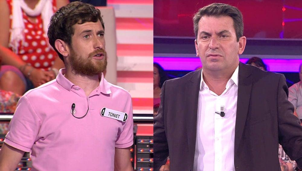 Arturo Valls contra un concursante en un divertido reto en '¡Ahora caigo!'