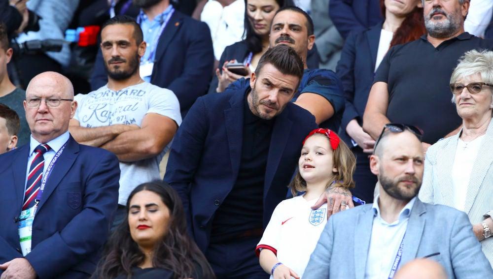 David Beckham y Harper Seven durante el partido