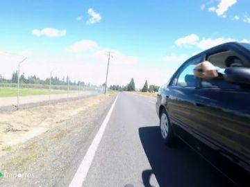 El copiloto de un coche en marcha ataca con un cuchillo al ciclista Hank Bosak