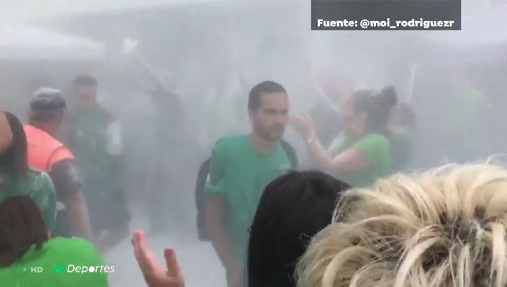 Hay quien nunca aprende: la afición del Atlético el Paso reciben a los jugadores del Teror con polvos de talco