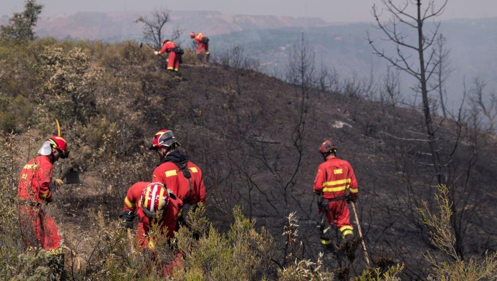 Miembros de la UME extinguiendo un incendio