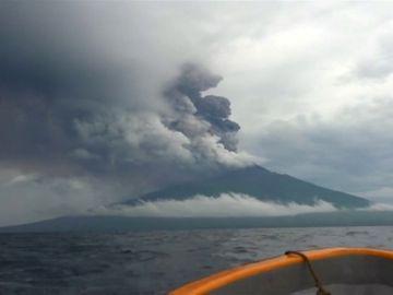Evacúan a más de 15.000 personas en la isla de Papúa Nueva Guinea por la erupción de dos volcanes
