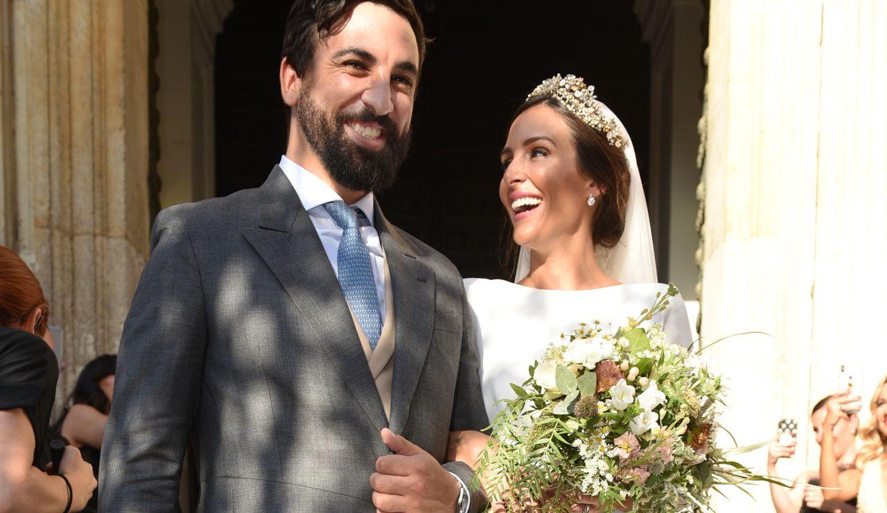 Rocío Osorno y Coco Robatto a la salida de su boda en la catedral de Sevilla