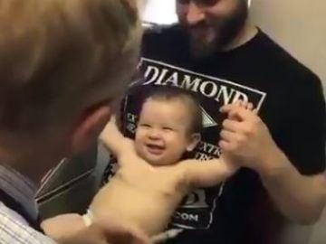 Un médico poniendo una inyección a un bebé