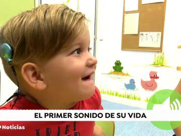 Así reacciona el pequeño Jesús tras escuchar por primera vez con dos años gracias a un implante coclear