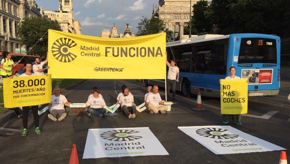 Un grupo de activistas de Greenpeace corta el acceso a Madrid Central