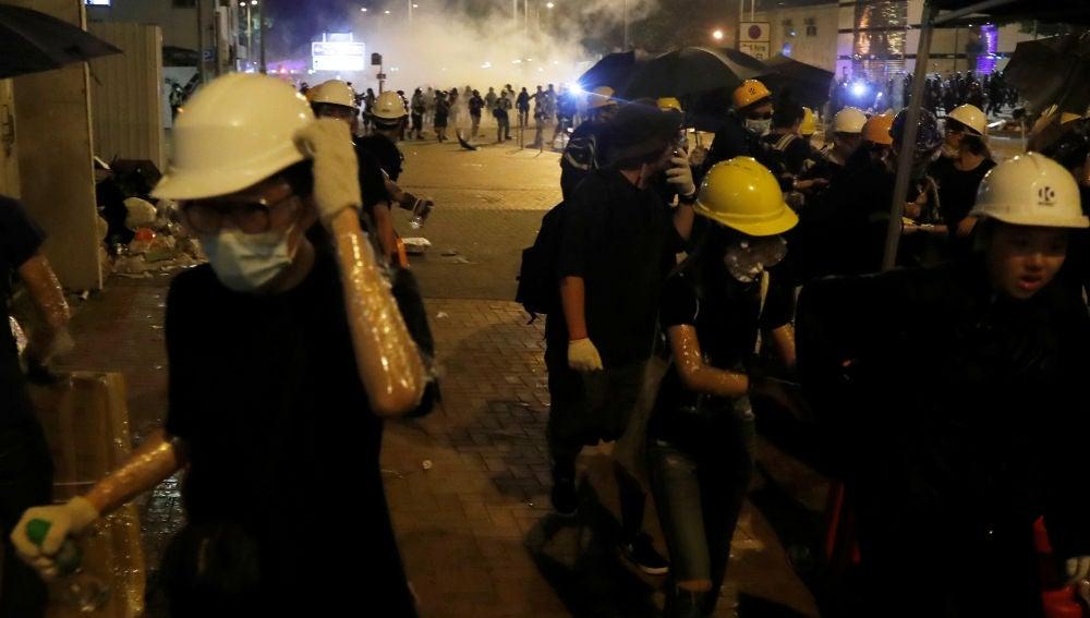 Los manifestantes desalojan la Asamblea Legislativa de Hong Kong ante el avance de la Policía