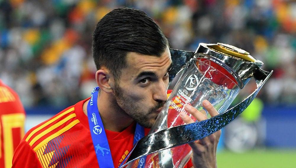 Dani Ceballos besando la copa de campeón de Europa sub-21
