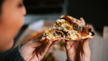 Joven comiendo pizza