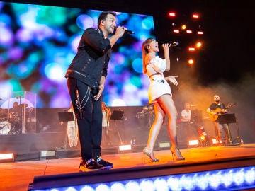 Aitana y Luis Fonsi cantando en el Concierto por la Paz
