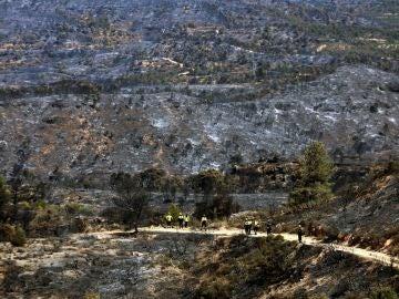 Bomberos en la zona afectada por el incendio de la Ribera d'Ebre