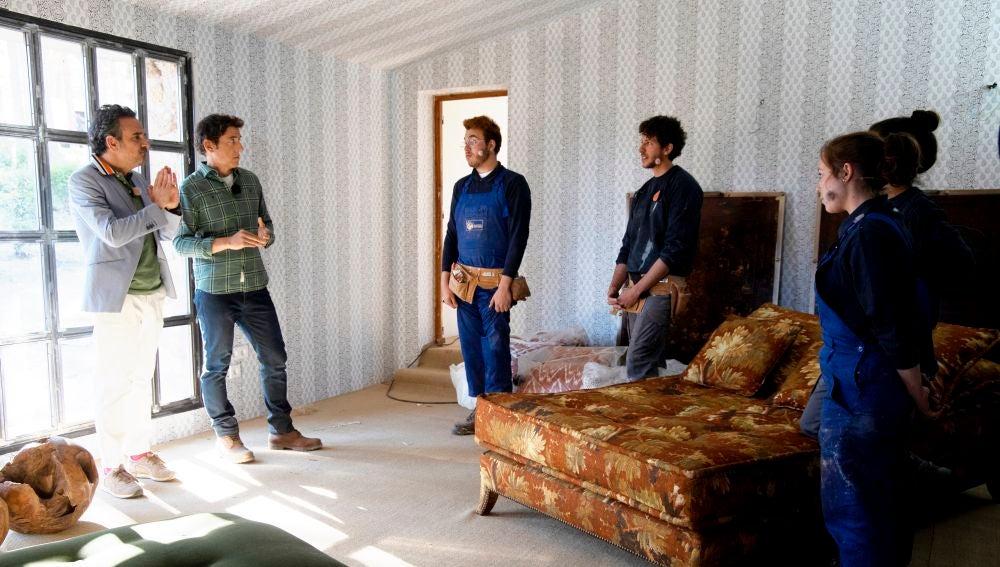 La curiosa técnica de Álex para adivinar qué muebles son buenos y que sorprende al interiorista Lorenzo Castillo