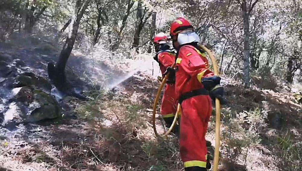 Las labores de extinción del incendio que se propaga por las localidades madrileñas de Cadalso de los Vidrios y Cenicientos