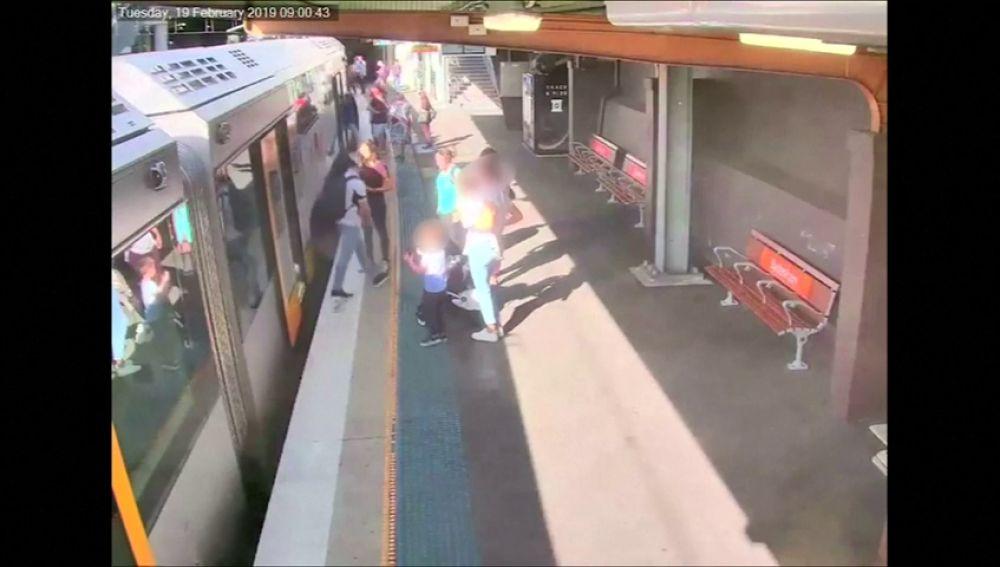 El momento en el que un niño cae a las vías del tren en Sydney se convierte en una campaña de seguridad.