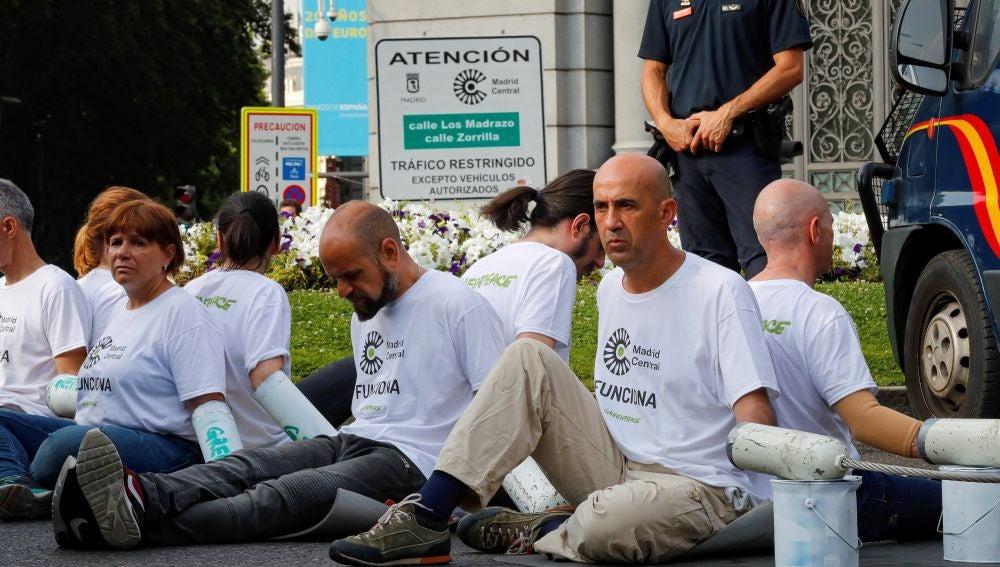 Un grupo de activistas de Greenpeace en Madrid Central