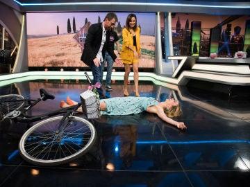 Marta Hazas y su 'IdeHazas' de montar en bici en vestido y que no se te vea nada en 'El Hormiguero 3.0'