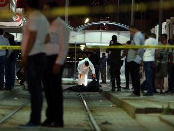 Las autoridades trabajan en el lugar donde un hombre que llevaba un cinturón explosivo murió