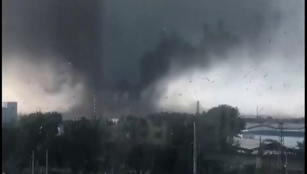 Un devastador tornado arrasa el noroeste de China