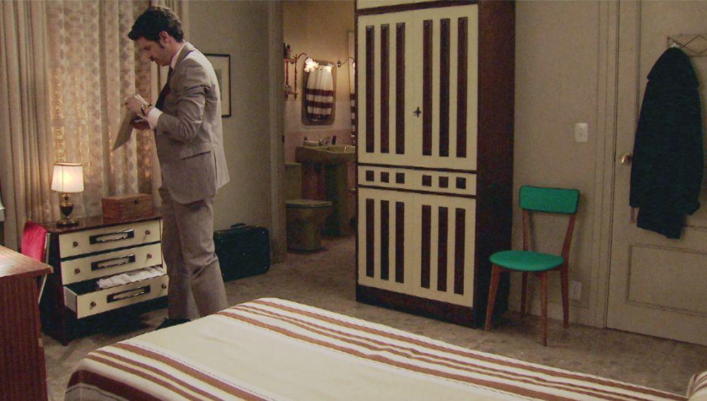 Avance 'Amar es para siempre': Carlos descubre en la habitación de Domingo las fotos del chantaje al fiscal