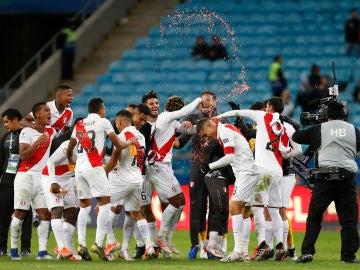 Los jugadores peruanos celebrando el pase a la final