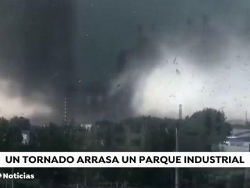 Las imágenes escalofriantes del tornado que ha dejado al menos 6 muertos y 200 heridos en China