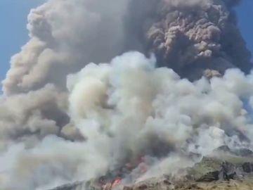 Las impactantes imágenes del volcán 'Stromboli' en plena erupción