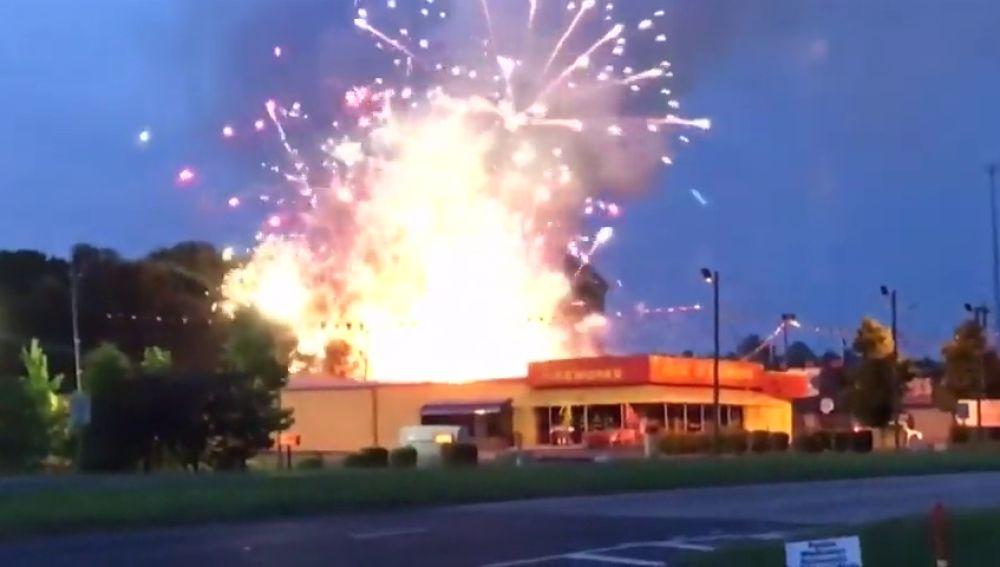 Un incendio en una pirotecnia deja un espectáculo de fuegos artificiales en la celebración del 4 de julio