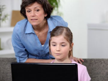 Los niños necesitan acompañamiento en su crecimiento digital para una navegación segura.