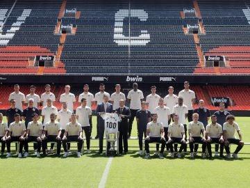 El Rey visita al Valencia en Mestalla y recibe una camiseta conmemorativa del centenario del club