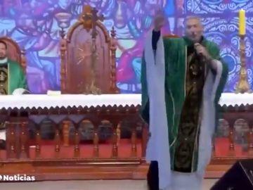Una mujer empuja al suelo a un sacerdote en plena ceremonia