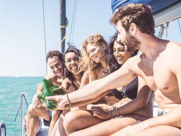 Gente joven en un barco