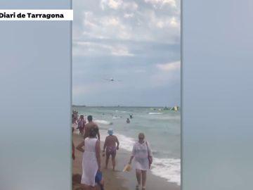 Una avioneta siembra el pánico entre los bañistas de una playa de Calafell por volar muy bajo
