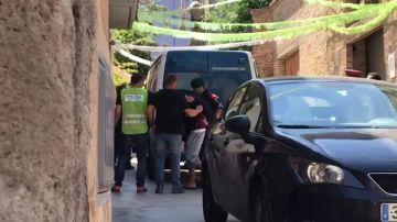 Los cuatro detenidos por una violación múltiple en Manresa a una menor acuden al registro del edificio okupa donde ocurrieron los hechos