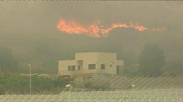 Un incendio en Beneixama obliga a activar a la UME y al desalojo de más de 30 personas