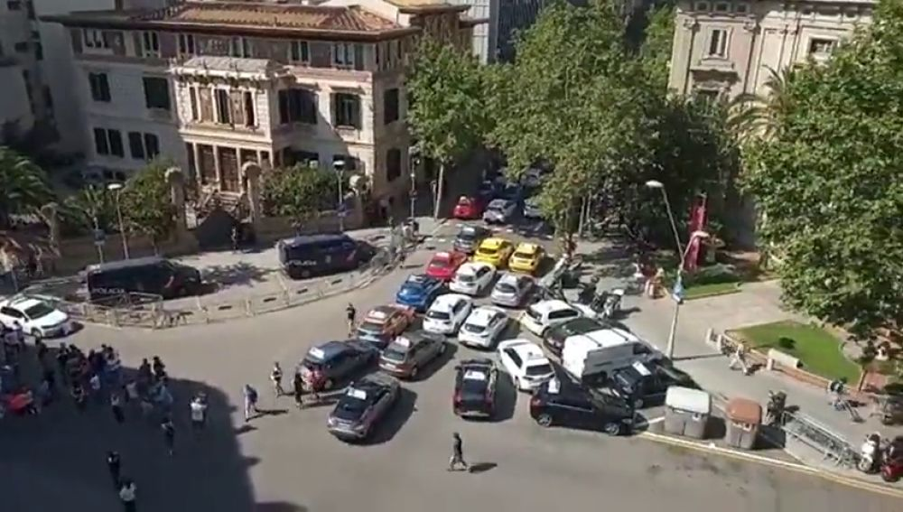 Las autoescuelas catalanas salen a la calle para reclamar más examinadores