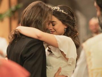 Las cómplices miradas entre Isaac y Elsa en su gran boda