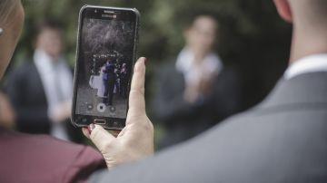 Invitada a una boda haciendo fotos