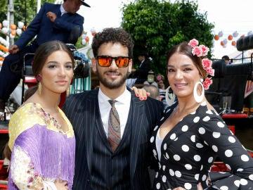 Alma Cortés junto a su hermano y su madre