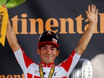 Ewan celebra la victoria en el podio